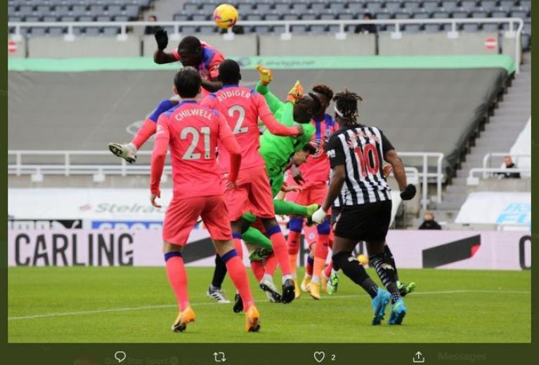 Edouard Mendy (hijau) beraksi dalam laga Newcastle United vs Chelsea, 21 November 2020.
